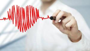 Aşırı kaygılanma hali Yaşamlarının belirli dönemlerinde aşırı derecede kaygı ve endişeye sahip insanların kalp hastalıklarına daha çok yakalandığı görülmüştür. Stresli bir yaşam tarzı, çok panik olma hali ve anksiyete gibi rahatsızlıklar kalp hastalıklarına neden olabilmektedir. Ciltte görülen renk değişikliği Ciltte ki renk değişikliği çok sık rastlanan bir belirti olmasa da bu durumla karşılaşıldığında mutlaka doktora gidilmelidir. Kan akışının azalması nedeniyle ciltte renk değişikliği oluşur bu da kalbin doğru bir şekilde kanı pompalamadığını işaretidir. Renk değişikliği tüm vücutta görülebileceği gibi sadece belirli uzuvlarda da görülebilmektedir.