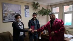 Alınan bilgiye göre, ilçenin Hurmalık mahallesi TOKİ Evleri'nde kalan Kamil (35) ve Zeynep Ikinci (32) çifti bugün çalıştıkları Ataköy Ruh ve Sinir Hastalıkları Hastanesi'ndeki işlerine gitmeyince arkadaşları ikisini de telefonla aradı. Telefonları çalıp açan olmayınca güvenlikçi Kâmil Ikinci ve aynı hastanede hemşire olarak çalışan eşi Zeynep İkinci'nin yakınlarına haber verildi.