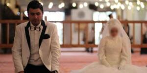 Evliliklerinin ilk gününde kadın ve kocası kapıyı kimseye açmamaya karar verip anlaştılar.