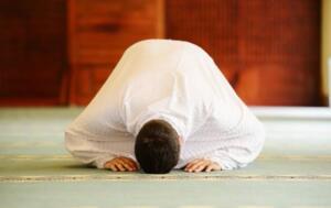 Tekrar secdeye kapanıp 'Sübbuhun Kuddüsün Rabbüna ve Rabbülmelaiketi verruh' duaları edilir.