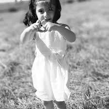 """Kız çocuğu bir nimettir. Kız çocuğu olunca üzülmek hele hele anneyi suçlamak çok yanlıştır. Kur'an-ı kerimde: """"Allah dilediğine kız dilediğine erkek çocuk bahşeder. Kimine hem erkek hem kız çocuğu verirdilediğini de kısır bırakır. Her şeyi hakkı ile bilen ve her şeye gücü yeten ancak Allahtır."""" buyuruldu. (Şûra 49 50) . Peygamber efendimiz: """"Kız çocuklarını hor görmeyin."""" buyurdu. Hor görmek dini bilmemekten ileri gelir. Hayırlı evlad istemelidir. Hayırlı olmadıktan sonra kız veya erkek olmuş ne fark eder? Dinimizde kadının ve kız çocuklarının fazileti büyüktür. Hadis-i şeriflerde buyuruldu ki: """"Kızlarınızı altın ve gümüş ile süsleyin! Elbiseleri güzel olsun! İtibar kazanmaları için en güzel hediyelerle ihsanda bulunun!"""" [Hakim] """"Kız çocuğunu güzelce terbiye edip Allahü teâlânın verdiği nimetlerle bolluk içinde yedirir giydirirse o kız çocuğu onun için bir bereket olur Cehennemden kurtulup kolayca Cennete girmesine vesile olur."""" [Taberânî] """"İki kız evladına güzel muamele eden mutlaka Cennete girer."""" [İbni Mace] """"İki kızı veya iki kız kardeşi olup da maişetlerini güzelce sağlayanla Cennette beraber oluruz."""" [Tirmizî] """"Çarşıdan aldığı şeyleri erkek çocuklardan önce kız çocuklarına verene Allah rahmetle nazar eder. Allah rahmetle nazar ettiğine de azab etmez."""" [Haraiti] """"Çarşıdan turfanda meyva alıp evine getiren sadaka sevabı alır. Getirdiği meyvayı erkek çocuklarından önce kız çocuklarına versin! Kadınları kızları sevindiren Allah korkusundan ağlayanlar gibi sevab kazanır. Allah korkusundan ağlayanın bedeni de Cehenneme haram olur."""" [İbni Adiy ] ''Üç kızına ihtiyaçtan kurtulana kadar iyi bakanyedirip giydirenelbette cenneti kazanır'' [Ebu Davut] ''Üç kız veya kızkardeşinin geçim veya başka sıkıntılarına katlananıAllahü teala cennete koyar.Ashabi kiramdan biri iki tane olursa yine aynımıdır diye sual edince peygamber efendimiz evet iki tane olursa yine aynıdır buyurdu.Başka birisi ya bir tane olursa diye sual etti.Cevabında buyurdu ki bir tanede olsa gene aynıdır. [Ha"""