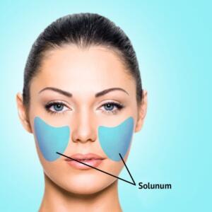 Saç çizgisi boyunca ve kulakların yakınındaki yerlerde görülen akneler de hormonal sorunlardan kaynaklı olabilir. Bu tür aknelere kullandığınız kozmeik ürünler de neden olabilir. Kullandığınız makyaj, cilt bakım ürünü ve şampuanınızı gözden geçirmeniz gerekebilir. Yüzünüzde herhangi bir gelişme olup olmadığını görmek için doğal güzellik ürünlerini kullanmaya çalışın. Bölge 4: Yanaklar