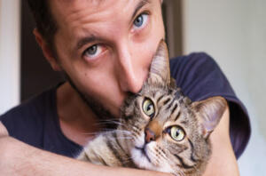 """Kediler halk arasında her ne kadar nankör olarak adlandırılsa da tarihte özellikle de Antik Mısır'da önemli bir yere sahiptiler. Kedi sahipleri de genellikle en az kediler kadar asil, cazibeli ve lider özellikleri olanlardır"""" diyor."""