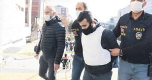 Eskişehir'de, evlerinde bıçaklanarak öldürülen İlkay ve Emel Tokkal çifti ile 4 yaşındaki oğulları Ali Doruk' un katili, İlkay Tokkal'ın eski ortağı Mehmet Şerif Boğa (33) çıktı. Pazartesi akşamı saat 21.00 sıralarında eve gelen Mehmet Şerif Boğa'nın önce İlkay Tokkal'ı 7 yerinden bıçakladığı, ardından salona gidip Emel Tokkal ve kucağındaki oğlu Doruk'u 3'er yerinden bıçakladığı belirlendi. Ardından ışıkları kapatıp evden çıkan ve yakındaki bir duraktan taksiye binen Boğa, kameralara takılmamak için yürüme mesafesinde inip, farklı yollardan evine gitti.