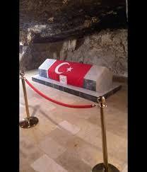 Birinci Dünya Savaşında İngiliz ve Türk birlikleri arasında gerçekleşen muharebelerde Salt bölgesinde savaşan ve bir mağara içinde şehit düşen yaklaşık 300 Türk askerimizin toplu mezarları yer alıyor. 2009 senesinde bir de müze eklenmiş. Şehitliğin yanında yer alan Osmanlı Kalesi de tadilattan geçirilmiş. Ürdün'de ziyaret edilmesi gereken bir yer.