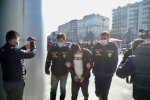 """Olayın ortaya çıktığı gün, Emel Tokkal'ın İzmir'de üniversite okuyan kızı Beyzanur Kayaalp ailesine ulaşamayınca, katil Mehmet Şerif Boğa'yı aradı. Boğa'da çilingir alarak eve gitti. Ancak çilingir """"Polis olmadan kapıyı açamam"""" deyince, Boğa'nın durumu bildirdiği Beyzanur Kayaalp polisi aradı. Ekipler eve gelip çilingir kapıyı açtığında katliam ortaya çıktı. Timsah gözyaşı döken Boğa ise polisler tarafından önce teselli edildi, ardından da gözaltına alındı. Ayakkabılarında ve çoraplarında kan lekesi tespit edilen Boğa'nın, apartmanın güvenlik kamerasına takılan görüntülerdeki beresi, eldivenleri ve kıyafetleri de kendi apartmanının bodrumunda bulundu."""