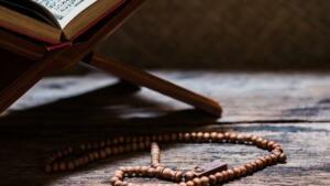 Manası: Allahım! (peygamberimiz) Hz.Muhammed'e ve aline (evladu iyaline) rahmet eyle. – Allahümme salli ala seyyidina Muhammedin ve ala alihi ve sahbihi ve sellim Manası: Ey Allahım ! Efendimiz, büyüğümüz Muhammed'e, evladu iyaline, ashabına salatu selam eyle.(Rahmet et, selametlik ver.) – Allahümme salli ala Muhammedin ve enzilhul'muk'adel'mukarrabe indeke yevmel'kıyameti. Manası: Ey Allah'ım! Hz. Muhammed'e Salatu selam et, ve onu kıyamet gününde sana yakın bir yere(makam-ı Mahmut'a) indir.
