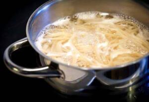 Makarna haşladığınız zaman suyunu az kullanın. Yapışmasını istemiyorsanız sık sık makarnayı karıştırın. Şayet makarnayla aynı anda sosu da pişiriyorsanız, makarna tenceresinden 2-3 yemek kaşığı makarna suyunu direk olarak sosunuza ilave edebilirsiniz. Artan suyu lavaboya dökmeyin ve soğumaya bırakın. Buzluğa koyarak dondurabilirsiniz ve sonrasında makarna soslarında, salçada ya da çorbalarda kullanabilirsiniz.