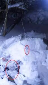 """Bursa Uludağ Üniversitesi Tıp Fakültesi'nde görevli asistan doktor Mustafa Yalçın, salı sabahı saat 08.00 saatlerinde, """"Kayak yapmaya gidiyorum"""" diyerek, evden çıktı. 27 AR 993 plakalı otomobiliyle evden ayrılan Yalçın'dan haber alamayan yakınları, durumu polis ile jandarma ekiplerine bildirdi. İhbar üzerine harekete geçen ekipler, Plaka Tanıma Sistemi'nden (PTS), aracın Uludağ yoluna doğru gittiğini tespit etti. Bölgede yapılan arama çalışmasında, Yalçın'ın otomobili, Uludağ yolunun 11'inci kilometresinde terk edilmiş olarak bulundu. Yalçın'ın kaybolma ihtimali üzerine bölgeye çok sayıda AFAD, Jandarma Arama Kurtarma (JAK), Arama Kurtarma Derneği (AKUT), Nilüfer Arama ve Kurtarma (NAK) ve ANDA ekibi sevk edildi. Arama- kurtarma faaliyetlerine, AFAD ve JAK'a ait Köpekli Arama Tim'i de destek verdi."""
