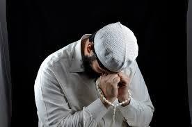 """Allâhümmekfinî bi-helâlike an harâmik, ve ağninî bi-fazlike ammen sivâk: Allahım! Bana helâl rızık nasib ederek haramlardan koru! Lutfunla beni senden başkasına muhtaç etme!"""" (Tirmizî, Daavât 111)"""