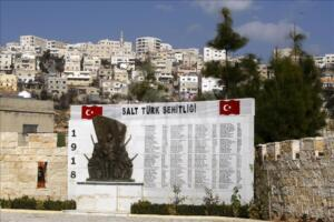 """Ürdün'ün başkenti Amman yakınlarında bulunan """"Salt Türk Şehitliği"""", Birinci Dünya Savaşı'nda İngilizlere karşı vatanlarını savunurken şehit düşen kahraman Türk askerlerinin aziz hatırasını yaşatmaya devam ediyor."""