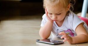Cep telefonlarının sağlığı etkileri üzerinden sürdürülen çalışmalar, büyüme ve gelişmeleri devam ettiği için de çocuklar ve gençlerin radyo frekanslı elektromanyetik alanlara daha hassas olduğunu göstermekte. Yaşamlarının hemen hemen büyük bir kısmında çok daha fazla frekanslı elektromanyetik alana maruz kalacaklarından kaynaklı genç ve çocukların telefonlarıyla olan ilişkilerinin kısıtlanması önerilmekte.