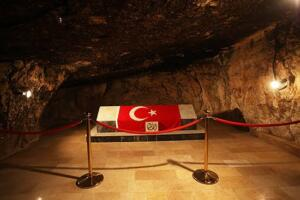 Şehitlikte 24 saat Kuran-ı Kerim okunuyor Başkent Amman'ın 30 kilometre kuzeybatısında yer alan Salt kentindeki şehitlikte ziyaretçileri, yaklaşık bir asır önce bu topraklarda vatanları uğruna can veren kahraman askerlerin isimlerinin yazılı olduğu anıt karşılıyor. Anıtta şimdiye kadar kimlikleri tespit edilen 168'i Türkiye, 4'ü Amman doğumlu 172'i şehidin ismi yer alıyor.