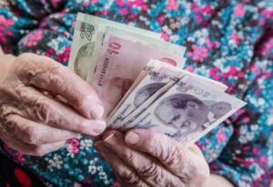 Buna ek olarak 2021 yılı emekliler için promosyon yılı da olacak. 3 yıllık taahhüt süresi dolanlar ve emekli aylığı bağlanan emekliler promosyon alabilecekler. En az promosyon maaşa göre 500, 625, 750 lira olması öngörülüyor. Emeklilere maaşlarını çektikleri bankalar da promosyon uygulayacak. Dileyen emekli vatandaş maaşını aldığı bankanın da promosyonunu kullanabilecek.