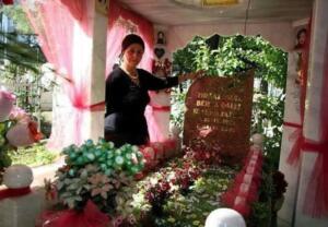 ANNESİ 'KARANLIKTAN KORKARDI' DEDİ KIYAMADI Sabah'tan Erdoğan Öztürk'ün haberine göre; Berna Şallı'nın annesi, Ayşe Şallı, hayattayken kızı karanlıktan korktuğu için öldükten sonra kızının mezarını aydınlatmak istedi. Acılı anne, kızının mezarını aydınlatabilmek için Kepez ilçesindeki evini satıp, Muratpaşa ilçesinde Andızlı Mezarlığı'nın kenarındaki Balbey mahallesinden ev satın aldı. Kızının rahat uyuması için mezardan evine elektrik hattı çektirerek, kızının mezarını aydınlattı.