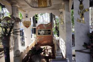 Hayattayken korktuğu için karanlıkta uyuyamayan Berna Şallı'nın mezarı öldüğü günden bu yana ailesi tarafından aydınlatılıyordu. 17 yıldır yanan ışık ise geçtiğimiz günlerde söndü. İşte Berna Şallı'nın mezarında yıllardır yanan ışığın sönme nedeni...