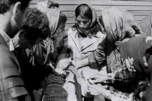 Sadece işgalle yetinmeyen Ermeniler, sivilleri toplu şekilde katlederek esirlere acımasızsa işkence yaparak 20. yüzyılın en kanlı katliamlarından birine imza attı. O dönemde çekilen görüntüler ve fotoğraflar, katliamın büyüklüğünü ortaya koyuyor. Daha önce 7 bin kişinin yaşadığı Hocalı'da savunmasız durumdaki 106'sı kadın, 70'i yaşlı, 63'ü çocuk 613 Azerbaycan vatandaşı hayatını kaybetti. Katliamdan 487 kişi ağır yaralı olarak kurtuldu, Ermeni güçleri 1275 kişiyi esir aldı, bunların 150'sinden hala haber alınamadı.