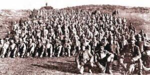 Birinci Dünya Savaşının devam ettiği, savaşın en sıcak olduğu dönemde Rusya'da ihtilal çıkmış ve ittifakları olan Fransa ile İngiltere, Rusya'ya yardım götürmek istiyordu. Ancak bu yardımı ulaştırmak pekte mümkün değildi çünkü tam ortada düşmanları olan Almanya bulunuyordu ve bu yolu kullanamazlardı. Geriye bir tek yol kalıyordu oda yardımı boğazlardan göndermek. Fransa ve İngiltere, İstanbul'u işgal edip, boğazları geçerek yarım götürmeyi ve Osmanlı'yı savaş dışı bırakmayı hedefliyordu. Ancak İstanbul'u ele geçiremeyen düşman kuvvetleri başka bir plan yapmış ve bu plana göre Gelibolu yarımadasına çıkarma yapmayı, boğaz kıyılarındaki tüm Osmanlı ordusu temizleyerek geçeceklerini düşünüyorlardı.
