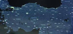 """Beştepe'de düzenlenen kabine toplantısı 3,5 saat sürdü. Cumhurbaşkanı Recep Tayyip Erdoğan başkanlığında gerçekleşen toplantıda salgınla mücadelede atılacak yeni adımlar ele alındı. Cumhurbaşkanı Erdoğan yaptığı açıklamada: """"Çok yüksek riskli grubu temsil eden kırmızı kategorideki iller nüfusumuzun yüzde 80'ini temsil eden 58 şehre ulaşmıştır. Türkiye'nin tamamında sokağa çıkma sınırlaması akşam 21:00 ve 05.00 olarak her gün devam edecektir."""""""
