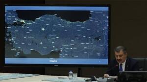 Koronavirüs Bilim Kurulu, Sağlık Bakanı Dr. Fahrettin Koca başkanlığında saat 16:00'da video konferans yöntemiyle toplandı. Son 24 saatte 29 bin 762 yeni vaka tespit edilmesi alarm zillerini çaldırdı. Bilim Kurulu'nun Kabine'ye kaldırılan Cumartesi sokağa çıkma yasağının geri getirilmesini tavsiye edeceği konuşuluyor. Ramazan ayında ise 'Kırmızı'ya dönen 22 ilde yeni yasakların geleceği belirtildi. Toplantının ardından yazılı açıklama yapılması bekleniyor. SON 24 SAATTE 30 BİN YENİ VAKA Sağlık Bakanlığı'nca duyurulan 'Türkiye Covid- 19 Hasta Tablosu'na göre; son 24 saatte yapılan 221 bin 738 testte 29 bin 762 vaka, 1142 hasta tespit edildi. Virüs nedeniyle 146 kişi hayatını kaybederken, 17 bin 761 kişinin de tedavisi ve karantinası sona erdi. Dünkü verilerle toplam test sayısı 36 milyon 990 bin 175, toplam vaka sayısı 3 milyon 91 bin 282, toplam vefat sayısı 30 bin 462, toplam ağır hasta sayısı 1720, toplam iyileşen sayısı ise 2 milyon 881 bin 643 oldu.