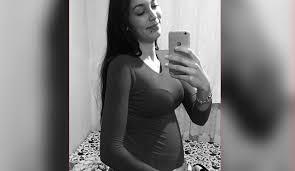 İzmir'in Konak ilçesinde bir kişi, dini nikahlı eşi olduğu iddia edilen 5 aylık hamile kadını, 16 yerinden bıçaklayarak bıçaklayarak öldürdü. Olayın ardından kaçan şüpheli, kısa sürede polis tarafından yakalandı.