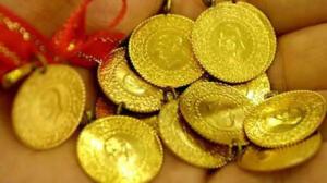Altın fiyatlarının yükselmesi, çeşitliliğin artması ve internet satışı sonrası sahte altınlar giderek arttı. Uzmanlar tarafından bile zor ayırt edilen sahte altınlar hem kuyumcuların hem de vatandaşın mağdur ediyor. Türkiye'de takı denilince ilk akla ilk gelen altının fiyatı kadar tasarımı ve işlemeleri de önem arz ediyor. Ham halde bulunan altın zorlu bir çalışmanın ardından deneyimli ustaların elinde şekillenip bilezik, kolye, küpe ve yüzüğe dönüşürken, kuyumcu vitrinlerinden geçerek vatandaşlara ulaşıyor.