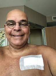 Tiyatro ve sinema oyuncusu Rasim Öztekin'den üzücü haber geldi. 62 yaşındaki sanatçı, kalp krizi geçirdi. Öğle saatlerinde arkadaşlarıyla mesajlaştıktan sonra fenalaşan ve kalbi duran sanatçı, yapılan müdahaleler sonrasında hayata döndürüldü. Hastanede tedavi altına alınan Öztekin'in sağlık durumunun iyi olduğu belirtildi.