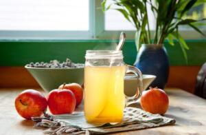 Sıcak elma sirkesi yöntemi Öncelikle elma sirkesinin organik olduğundan emin olalım. Hatta satın almak yerine tedaviniz için evde bir miktar elma sirkesini kendiniz yapabilirsiniz. Cildinizi yakmayacak şekilde elma sirkesini ısıtın ve pamuk yardımıyla et beninin üzerine sürün. Elma sirkesi içinde bulunan asit sayesinde et benlerinden çok çabuk bir şekilde kurtulabilirsiniz. Haftanın 4 günü uygulamak yeterli olacaktır.
