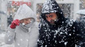 HAFTA SONU HAVA GÜZEL Meteoroloji Genel Müdürlüğü'nün 5 günlük hava tahmin raporlarına göre; cumartesi günü yurdun büyük kesiminde güneş yüzünü gösterecek. Yağış beklenmiyor. Pazar günü ise; Ege ve Akdeniz Kıyılarına yağmur uğrayacak. İzmir, Aydın, Muğla, Burdur, Antalya, Denizli ve Mersin'de yağış bekleniyor.