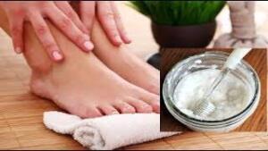 6) Tırnaklarınızı Yumuşatın. El ve Ayaklarını kovaya sıcak su koyarak yumuşatmak isteyenler su içerisine 1 veya 2 tane de aspirin atarak hem el- ayakların yorgunluğunu almasını hem gözeneklerin rahatlamasını hem de tırnakların yumuşamasını sağlayabilir. Aspirinin Bacaklar İçin Kullanımı 7) Aspirin, medikal alandaki yararlarının yanı sıra döküntü ve tahrişle başa çıkmak içinde çok etkilidir. Tıraş sonrası yanma hissinin daha az ağrılı ve tahriş edici olmasını sağlar.Bir bardak suda 2-3 aspirin tabletini eritin. Tahriş olmuş bölgeye uygulayın ve yaklaşın 10 dakika bekletin. Ilık su ile yıkayın.Kaynak: Aspirini eritip bacaklara sürerseniz…