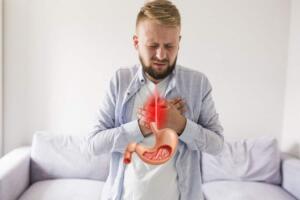 3. Mide ekşimesi ve Hazımsızlık Sürekli mide ekşimesi olası bir kanser belirtisidir. Büyük veya yağlı bir yemek yedikten sonra hafif rahatsızlık veya ağrı oldukça yaygındır. Ancak günlerce sürekli olarak mide ekşimesi veya hazımsızlık yaşıyorsanız, derhal doktorunuza görünmelisiniz. Mide ekşimesi veya hazımsızlık bazen bir kanser belirtisi olabilir. Bununla birlikte, bu semptomların başka hastalıklardan, viral enfeksiyonlardan veya ülserlerden de kaynaklanabileceğini unutmayın.