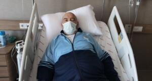 """İstanbul'da yaşayan 73 yaşındaki Sefer Altan, bir süre önce sağlık sorunları yaşamaya başladı. Uykusuzluk ve nefes darlığı çeken yaşlı adamın hayatını kabusa döndü. Artık dayanamayan Altan, hastaneye başvurdu. Muayenesinde doktorları da şaşırtan bi durum ortaya çıktı. aha öncesinde bypass olan ve kalbine pil takılan yaşlı adamın rutin muayenesinde karın içinde 9.5 santimetrelik bir aort anevrizması tespit edildi. Doktorlar yaşlı adama, """"Karnında adeta bir bomba taşıyorsun"""" dedi."""