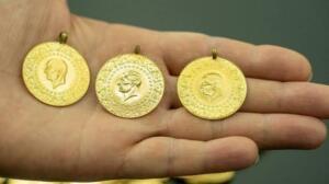 Altın fiyatları hafta sonunun ilk günü altın piyasasına göre yeniden düşüşe geçti ve aşağı yönlü seyrini sürdürüyor. Gram altın 400 lira barajında dengelenme seviyesinde yer almaya devam ederken altın fiyatları ons altının etkisiyle gerileme yaşadı. Çeyrek altın ve diğer altın fiyatları bugün hafif çaplı düşüş yaşarken altının onsu da bin 698 dolara düştü.