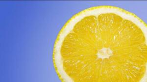 """Beslenme ve Diyet, Fitoterapi Uzmanı Sıla Bilgili Tokgöz """"Yapılan çalışmalar, limonun suyu gibi kabuğunun da antioksidan kaynağı olduğunu gösteriyor. Limon kabuğunda bulunan polifenoller, vitaminler, mineraller, lif, karotenoidler ve esansiyel yağlar birçok hastalığa karşı koruyor. Ancak kalsiyum seviyeniz düşükse, böbreklerinizde kalsiyum oksalat taşı varsa ya da geçmişte olduysa mutlaka doktora danışmak gerekir. Yine limon suyu büyük tansiyonu düşürdüğü için, düşük tansiyonlu olan veya tansiyon ilacı kullanan kişiler doktora danışmadan tüketmemeli"""" dedi"""