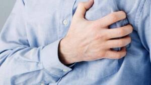 GRİP/SOĞUK ALGINLIĞI Ateşiniz yüksek, şiddetli öksürüyor ve anormal şekilde üşüyor musunuz? Merak etmeyin, bunlar kalp krizinin direk belirtileri değildir. Ancak yine de bunların kalp krizi öncesi rastlanan belirtiler olduğunu bilmekte fayda var. Kesinlikle dikkate alınması gerekir.