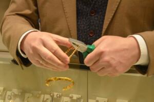 Yaklaşık bin derecelik ocakta eritilen altınlar, daha sonra makineler ve el işçiliğinin birleşmesiyle ziynet eşyaları haline geliyor. Ancak son zamanlarda oldukça artan altın görünümlü takılar, Türkiye genelinde olduğu gibi Ordu'da da kuyumcuların başını derde sokabiliyor. Profesyonelce üretilen ve kimi zaman altından ayırt edilmekte zorlanılan altın görünümlü takılar, fiyatından dolayı düğünlerde dahi tercih edilebilirken, bazı vatandaşlar bu takıları kuyumculara bozdurmaya getirince gerçeği öğreniyor. Kuyumcular, gerçek altının hamur gibi esnek olduğunu belirterek, sahtesinin ise büküldüğü esnada kırıldığını belirtiyor.