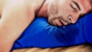 Ağızdan su gelmesi genellikle bebeklerde görülen ama bahsettiğimiz gibi belli bir yaş sınırlaması olmayan bir durumdur. Ağızdan gelen suyun birçok nedeni mevcuttur. Ağız Açık Uyumak: Sinüzit hastalığı etkisiyle ağız açık uyuma durumu gözlenir. Burun tıkanık durumda olduğu için ağızdan nefes alınır. Bu durum uyku sırasında aşırı tükürük üretimi tetiklenip, ağızdan su akmasına yol açar. Ağız açık uyuma alışkanlığının oluşmasının birçok etkisi olabilir. Bunlar; alerjik rinit, uyku apnesi ve tonsilit gibi rahatsızlıklardır.