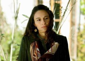 SELİN YENİNCİ KİMDİR?Selin Yeninci, 16 Ocak 1988 tarihinde doğmuştur.Selin Yeninci, Türk tiyatro ve dizi oyuncusudur. Lise yıllarında tiyatro bölümü başkanı olan Selin'in daha o zamandan iyi bir tiyatrocu ve oyuncu olacağı belliydi. 1988 doğumlu olan genç aktris Selin Yeninci İzmir Atatürk Lisesi'nden 2006 yılında mezun oldu. 2011'de Dokuz Eylül Üniversitesi Güzel Sanatlar Fakültesi Oyunculuk Bölümü'nü bitirdi. Başarılı bir öğrencilik geçiren Selin, bölümünden mezun olduğu gibi Haluk Bilginer ile Oyun Atölyesi'nde Macbeth, Don Juan'ın Gecesi gibi profesyonel oyunlarla kariyerine başarılı bir giriş yaptı. Selin Yeninci şimdilerde Bir Zamanlar Çukurova dizisinde rol almaktadır.