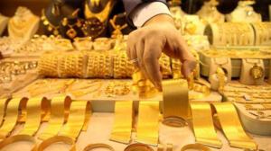 """Dünyanın en büyük 8'nci, ABD'nin ise JP Morgan'dan sonra en büyük bankası olan Bank of America, altın fiyatındaki düşüşe dair raporunu yayınladı. Bank of America'nın (BofA) raporunda düşüşün nedenleri, """"Dünyadaki merkez bankalarının altına fiziksel talebinin düşmesi, Covid-19 sebebiyle oluşan pandemide kişilerin tasarruf tedbirleri sebebiyle mücevher alımını azaltması ve yatırımcıların altın alma konusundaki ilgisizliği olarak sıralandı."""