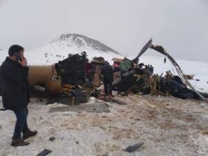 """ŞEHİT SAYIMIZ 11'E YÜKSELDİ"""" Milli Savunma Bakanlığı'ndan yapılan yeni açıklamada şehit sayısının 11'e yükseldiği bildirildi. Açıklamada: """"Tatvan'da kaza kırıma uğrayan helikopterdeki kahraman silah arkadaşımızdan biri daha kurtarılamayarak şehit olmuştur. Şehit sayımız 11'e yükselmiştir. Kahraman şehitlerimize Allah'tan rahmet, değerli ailelerine başsağlığı diliyoruz. Asil milletimizin başı sağ olsun"""" denildi."""