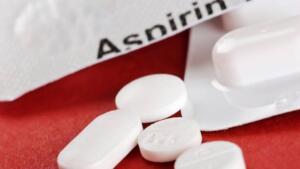 Tıp dünyasının mucizesi olan aspirin günlük hayatınızı kolaylaştıracak öyle farklı işlere yarıyor ki şaşacaksınız. Bakın aspirin ne işlerinize yarayabiliyormuş? 1) Saçınızdaki kepeği önleyin. İki adet aspirini ezerek kullandığınız şampuana katın. Saçınızı şampuanladıktan sonra 1-2 dakika bekleyin ve iyice durulayın.