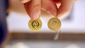 """Dünyanın en değerli madenlerinden birisi olan ve hem yatırım, hem de takı amacıyla kullanılan altın, son günlerde piyasada sıkça satılan sahteleri yüzünden kuyumcuları sıkıntıya sokabiliyor. Uzmanlar, """"Vatandaşın sahte altını ayırt etme şansı kesinlikle yok"""" dedi."""