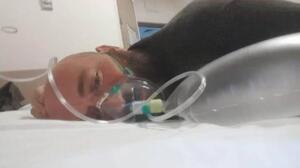 Sakarya'nın Akyazı ilçesinde koronavirüs testi pozitif çıkan ve fenalaşarak hastaneye kaldırılan Kerim Şişman'ın hastaneden paylaştığı son fotoğraf yürek burktu. Şişman, sosyal medya hesabından helallik istedikten 14 gün sonra hayatını kaybetti. 3 çocuk babası olan Şişman, salgın tedbirleri kapsamında son yolculuğuna uğurlandı
