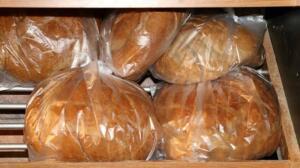"""O yüzden bugün doğrudan konuya gireceğiz, o bol bol aldığınız ekmekleri buzdolabında saklamalı mısınız, saklamamalı mısınız bundan söz edeceğiz. Sözün kısası, eğer sizin de aklınızda """"Ekmek buzdolabına konur mu?"""" Gibi bir soru varsa yaklaşın böyle. Belki bugüne dek daha uzun ömürlü olması için ekmekleri hep buzdolabında saklıyordunuz ama… Aslında büyük hata ediyordunuz. Neden mi? Buyurun anlatıyoruz. Alışkanlıklarınızı değiştirmeniz gerekebilir: Neden ekmekler buzdolabında saklanmamalı?"""