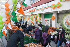 Çiftçilerin ürünlerini doğrudan tüketiciye ulaştırmayı hedefleyen Türkiye Tarım Kredi Kooperatifi marketlerinin sayısı yurt genelinde artmaya devam ediyor. Temel amacı, vatandaşların ihtiyaç duyduğu ürünlerin piyasaya tedarikini sağlamak olan Tarım Kredi Kooperatifi marketlerinin 205'inci şubesi, Çankaya Cevizlidere Mahallesi'nde açıldı.