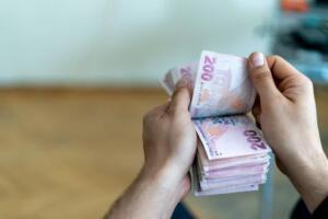 Türkiye'de 13,1 milyon emekli vatandaş kendilerine yapılacamk olan zamları ve ücret iyileştirmelerini çok büyük bir heyecanla beklemeye başladılar. 2021 Merkezi Yönetim Mali Bütçesi ile alakalı olarak TBMM Plan Bütçe Komisyonu'nda görüşmeler devam ediyor. Bu görüşmelerde emeklileri çok yakından ilgilendiren bir detay ortaya çıktı. Emekliler için yapılacak ödemeler her yıl hazırlanan bütçede bir kalem olarak ekleniyor. Yıllık emekli maaş artışları bu bütçeyle karşılanıp bütçe dengesiz sarsılmamış oluyor. Geçtiğimiz yıl bir önceki yıla oranla emekli maaşları için bütçeye eklenen miktar ile bu yıl eklenen miktar arasında ciddi bir fark olduğu ortaya çıktı. Bu yıl emekli maaşları için arttırılan bütçenin oransal olarak da yükseltilmiş olması emeklilere hem ciddi bir zam hem de ek ödemeler yapılacağı şeklinde yorumlandı.