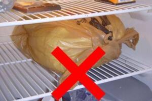 Ekmek nasıl saklanır? Ekmeklerin bozulmaması ve bayatlamaması için ilk alacağınız önlem tabii ki yiyeceğiniz kadar ekmek almak ve taze taze tüketmek tahmin edebileceğiniz gibi. Ama bunu bir türlü yapamıyor, her fırına ya da markete gittiğinizde elinizi bol tutuyorsanız, aldığınız bu ekmekleri temiz, serin bir ortamda hava almayacak şekilde, özel saklama kaplarında saklayabilirsiniz. Mutfak tezgahınız bile 2-3 günlük bir süre için buzdolabından daha doğru bir tercih olacaktır.