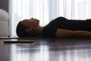 yavaş verin, nefesinizi verirken karın kaslarınızı kasarak, karnınızdaki elinizin aşağıya inmesini sağlayın. Bu hareket en önemli solunum kası olan diyaframı güçlendirir. Gün içinde bu nefes egzersizini 5-10 dakika süre ile üç ya da dört kez yaparsanız, nefesinizi daha kolay almanızı sağlayacaktır ve zaman içinde otomatik hale gelecektir.