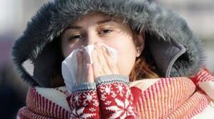 GÜ Tıp Fakültesi Enfeksiyon Hastalıkları Anabilim Dalı Öğretim Üyesi Prof. Dr. Esin Şenol, yaptığı açıklamada, dünya genelinde görülen ve binlerce kişinin ölümüne neden olan yeni tip koronavirüs (Kovid-19) ile sık görülen diğer üst solunum yolu hastalıklarına ilişkin bilgi verdi. Kovid-19'un mevsim olarak hala soğuk havanın hakim olduğu bir dönemde görüldüğüne işaret eden Şenol, kış mevsiminde ateş, boğaz ağrısı, burunda tıkanıklık ve öksürük ile seyreden bir grup hastalık bulunduğunu hatırlattı.