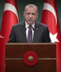 """Kovid-19'la mücadele konusunda Erdoğan, """"Bundan sonra eskisi kadar kapsamlı ve kısıtlayıcı tedbirlere ihtiyaç olmayacağını ümit ediyoruz."""" diye konuştu. """"AŞI FAALİYETLERİNE HIZ VERİYORUZ"""" Başkan Erdoğan, """"Aşı faaliyetlerine hız veriyoruz. Öğretmenler başta olmak üzere, riskli grupların tamamının bir an önce aşılanmasını sağlamaya çalışıyoruz."""" ifadelerini kullandı. Erdoğan, """"(Kovid-19'la mücadele) Sorumluluk üstlenmeyip, elini taşın altına koymayıp klavye ve ekran silahşorlüğüyle gezenlerin asıl niyetlerinin ve hesaplarının farkındayız."""" dedi."""